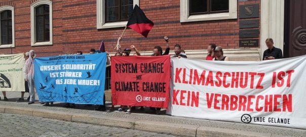 Verschiedene Banner vor dem Amtsgericht Goerlitz